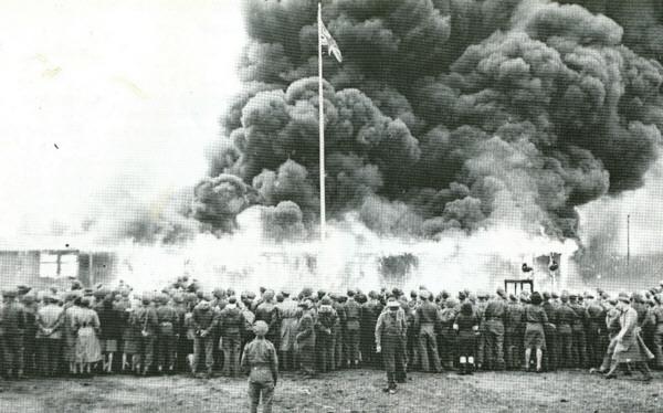 Après la libération du camp de Bergen-Belsen, les baraques sont incendiées pour éviter que l'épidémie de typhus ne se répande.