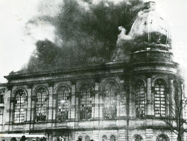 La synagogue de Francfort en feu.