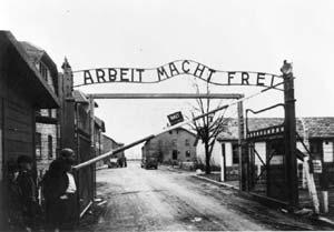 La porte du camp d'Auschwitz, en 1945