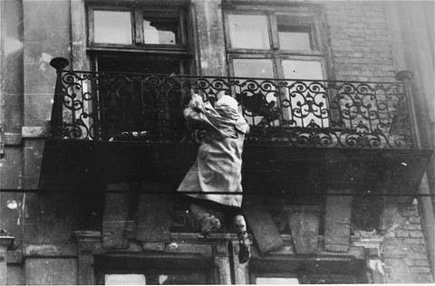 Photo d'une femme qui se jette d'un balcon.