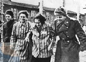 Un soldat soviétique soutient une femme déportée
