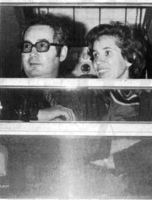 Photo de Serge et Beate Klarsfeld, à la vitre d'un train.