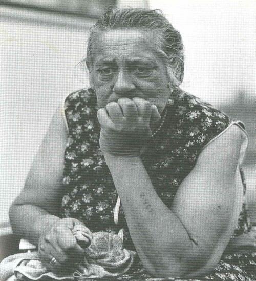 Femme tzigane, l'une des rares survivante d'Auschwitz. Elle porte un tatouage sur le bras.